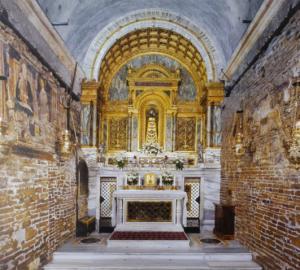A sinistra l 39 altare della santa casa a loreto posto sul - Coibentare casa dall interno ...